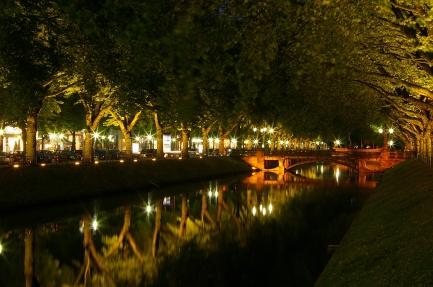 Königsallee_in_Düsseldorf_Girardetbrücke_von_der_Schadowstraße_aus_bei_Nacht